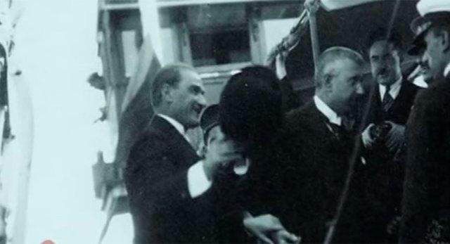Cumhurbaşkanı Gazi Mustafa Kemal Karadeniz'e biniyor.
