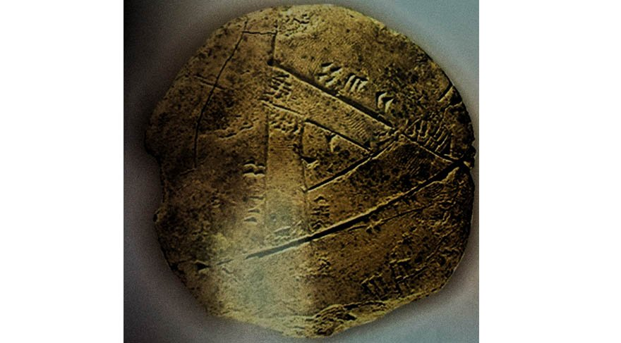 İbrahim Okur: MÖ ikinci binyıldan kalan ve aynı merkezli iki benzer üçgenin arasında kalan alanın hesaplanması için kurulmuş bir problem ve çözümünü anlatan bir tablet