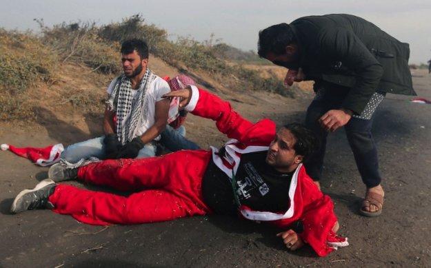 Noel Baba kostümlü göstericiler İsrail askeriyle Gazze Şeridi'nde çatıştı.