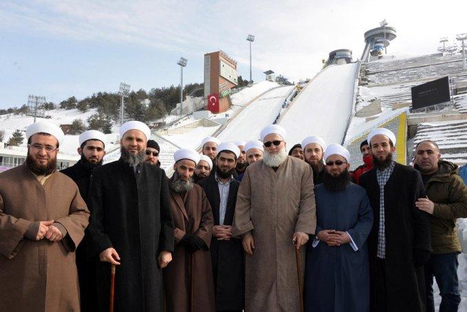 FOTO:depophotos - İsmailağa Cemaati'nin üyeleri, geçtiğimiz yıl Türkiye'nin ilk kez ev sahipliği yaptığı, Erzurum'daki 13'üncü Avrupa Gençlik Olimpik Kış Festivali'ne (EYOF) katılan sporcu ve yöneticilere 3 dilde bastırılanı Kur'an-ı Kerim dağıtmışlar ve