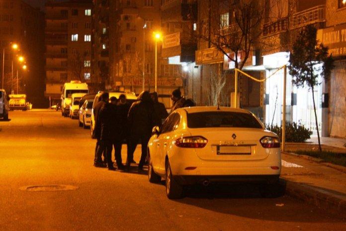 Gördükleri ürpertici manzara karşısında şok yaşayan apartman sakinlerinin 155 Polis İmdat Hattı'nı araması üzerine olay yerine çok sayıda polis ve sağlık ekibi sevk edildi. Fotoğraf: İHA