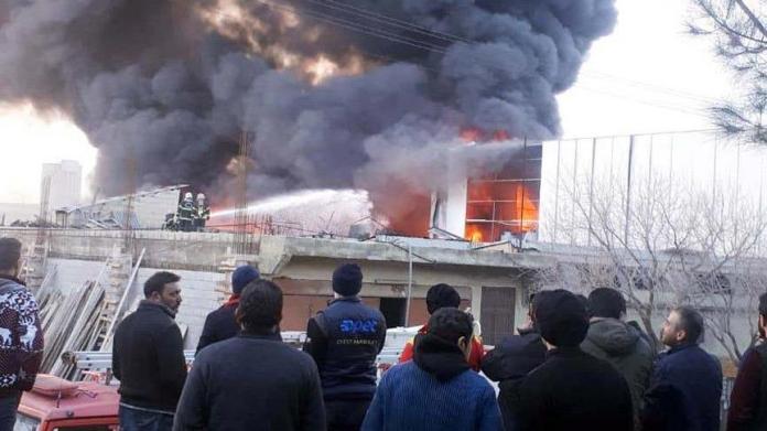 Boya fabrikasında yangın! İşçiler alevlerin arasında kaldı