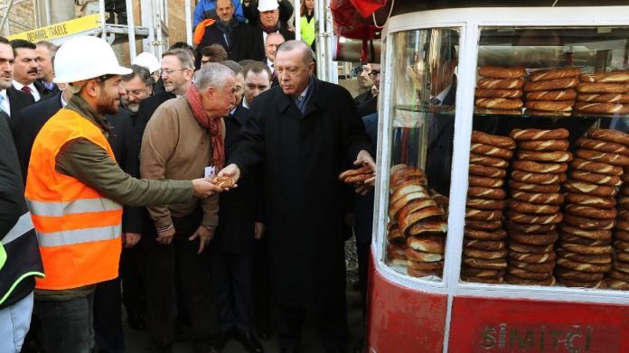 Erdoğan kestane ve simitleri elleriyle dağıttı