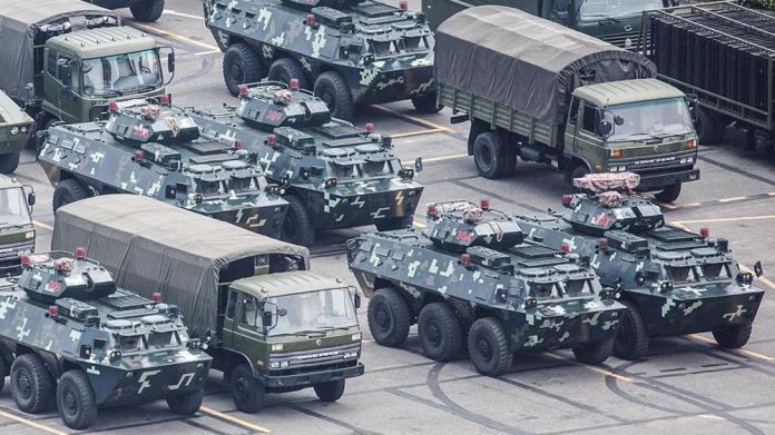 Çin-Hong Kong gerilimi dinmiyor... Sınırda ürküten görüntü!