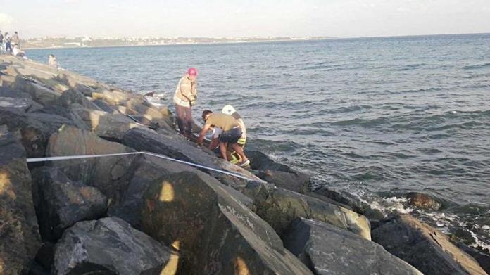 Avcılar'da denize düşen genç kayalıklara sıkıştı