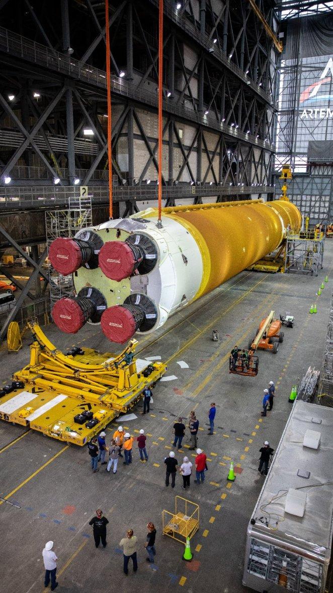 NASA Ay'a ilk kadını taşıyacak dev roketleri bir araya getirdi 14