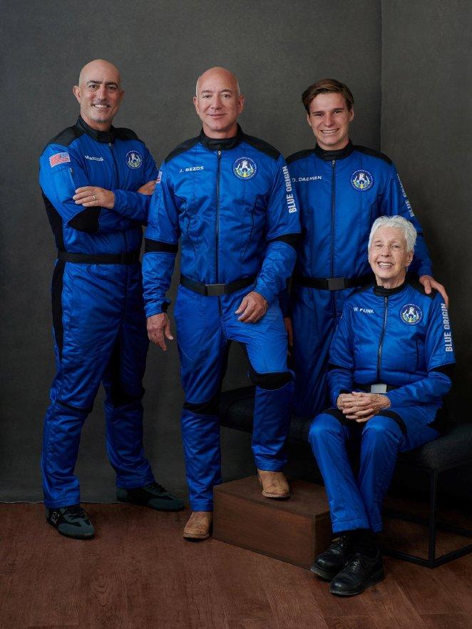 Dünyanın en zengin insanı Jeff Bezos uzaya gidip döndü 13