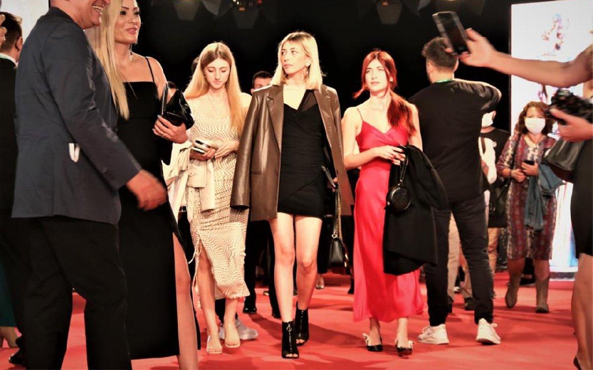 Altın Portakal Film Festivali'nde kırmızı halıda şıklık yarışı