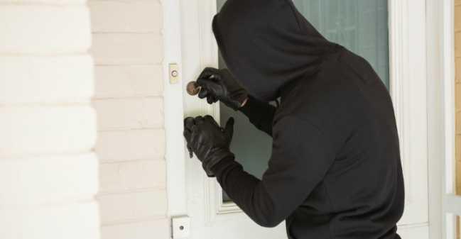 shutterstock_233625442_robber