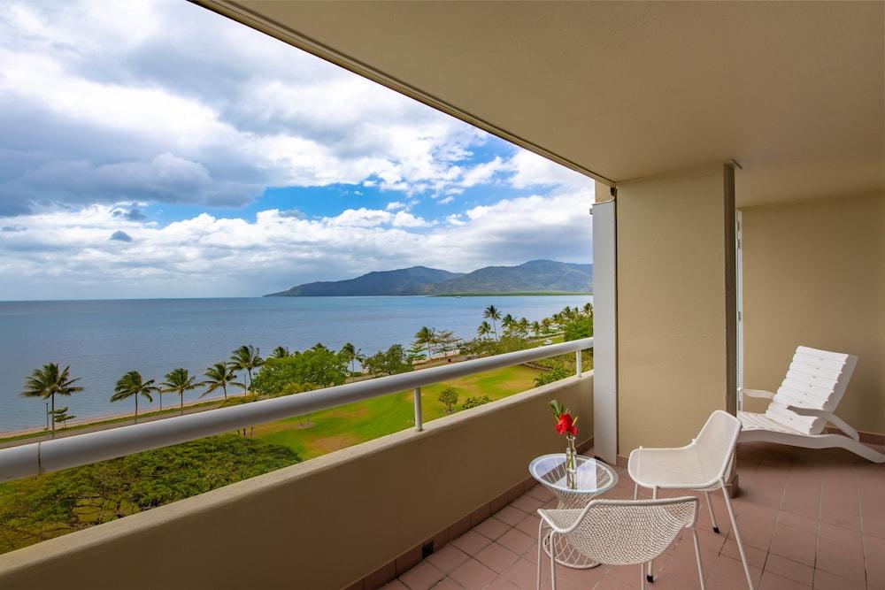 Holiday Inn Cairns Harbourside Qantas Hotels