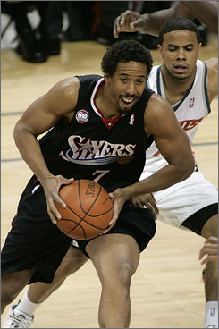 Veteran point guard Andre Miller, who averaged 16.3 points and 6.5 assists for the 76ers last season, signed a three-year contract with the Trail Blazers.