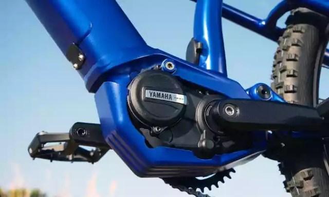 O motor fica encaixado entre os pedais e pesa 2,75kg(foto: Yamaha/Divulgação)