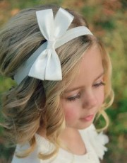 super cute flower girl hairstyle