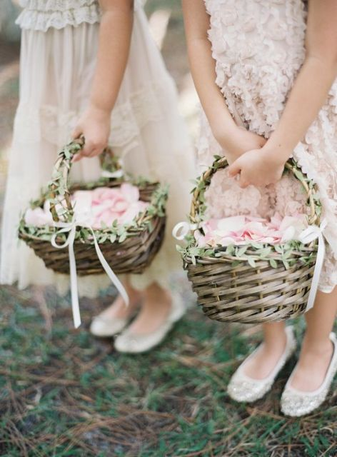 baskets decorated with greenery and white ribbon bows is a chic and elegant idea