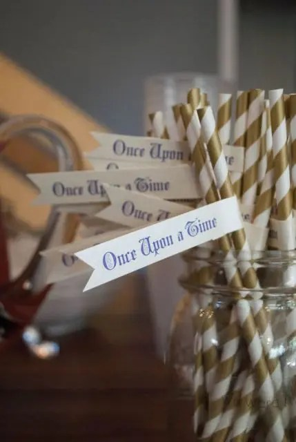 a jar with striped straws and quotes on them is a fun and chic idea to accessorize your drinks