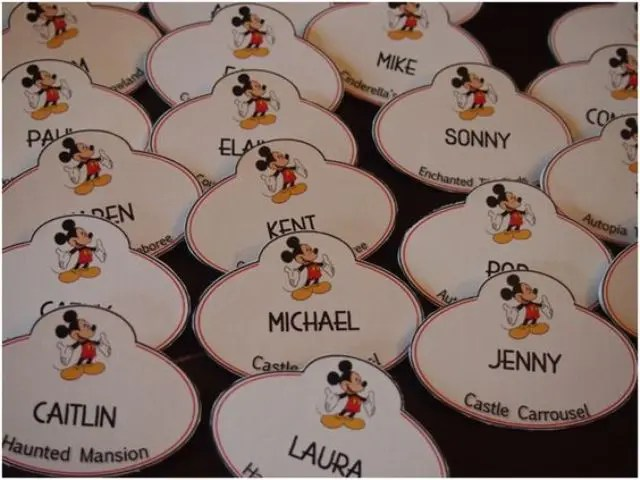 escort cards with Mickey Mouse is a simple and cool DIY idea to realize for a Disney wedding