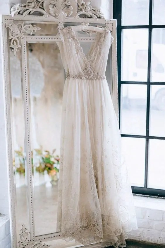 highlight your wedding dress style with a refined mirror