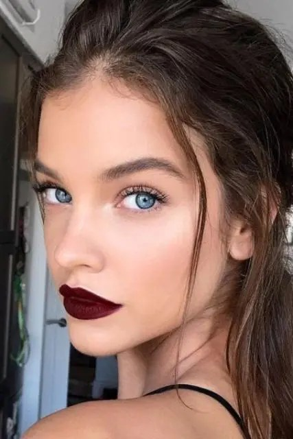 a dark berry lip stands out on the face and makes a super bold statement, especially if you arne't wearign dark tones