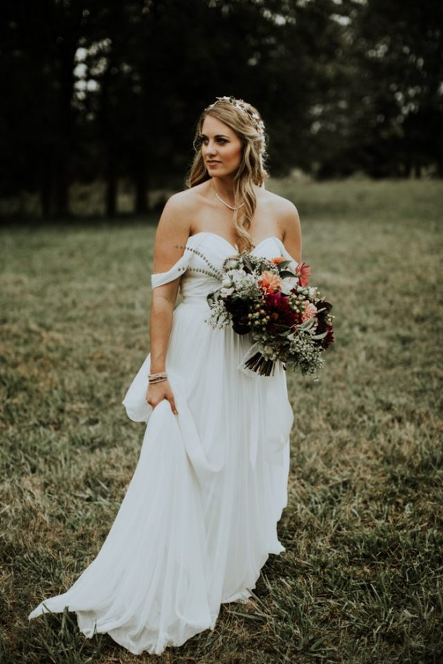 a flowy off the shoulder A-line sweetheart neckline wedding gown for a modern and cute bridal look