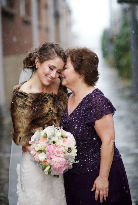 the bride sharing the moment with her mom, this is a very touching pic idea, go for one