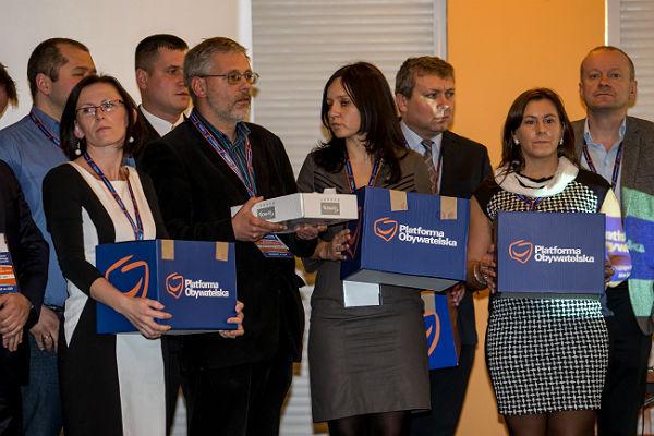 Delegaci z urnami wyborczymi podczas regionalnego zjazdu dolnośląskiej Platformy Obywatelskiej w Karpaczu