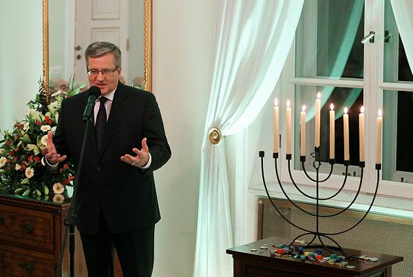 Prezydent Bronisław Komorowski podczas uroczystości zapalenia świec z okazji żydowskiego święta Chanuka