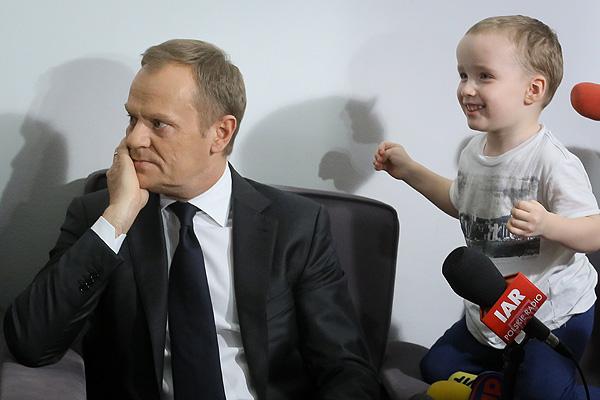 Donald Tusk podczas spotkania z rodzicami niepełnosprawnych dzieci