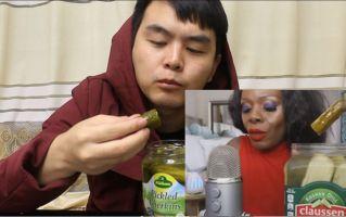 模仿国外网红阿姨吃酸黄瓜,我竟然看一个小伙吃黄瓜看了三分钟