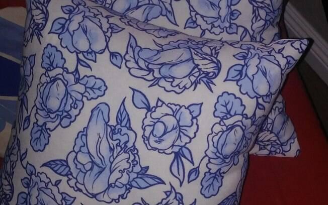 As flores estampadas nas almofadas compradas pela mãe da usuária não são o que parecem, você consegue perceber?