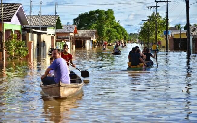 Canoa pelas águas da cidade que segue passa sábado e domingo (1º) sob a água. Foto: Asscom Prefeitura de Tarauacá