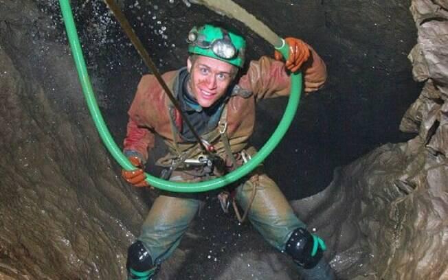 Robert Eavis%2C filho de Andrew%2C explorando uma caverna em Derbyshire%2C na Inglaterra