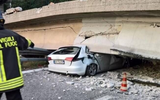 Um viaduto desabou na tarde desta sexta sobre a rodovia SS36, que liga as cidades de Lecco e Milão