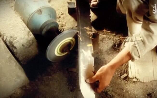 Imagem mostra carrasco afiando a espada para matar refém