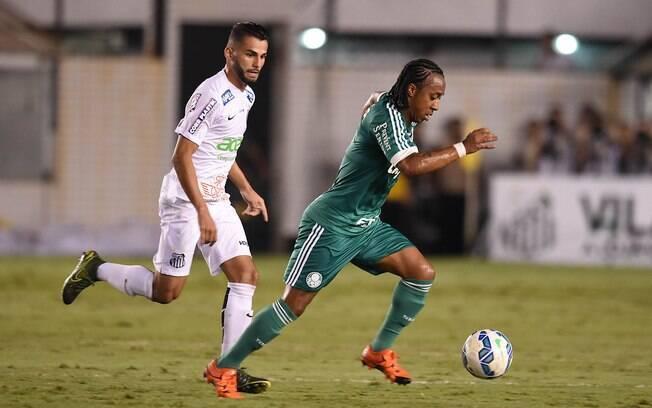 Arouca conduz a bola marcado por Thiago Maia na Vila Belmiro
