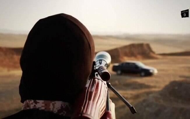 Terrorista do Estado Islâmico mira em reféns em região desértica do Oriente Médio (jun/2015). Foto: Reprodução/Estado Islâmico