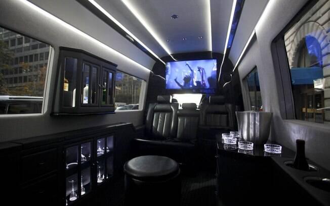 Ricos de NY trocam carros de luxo por vans especialmente