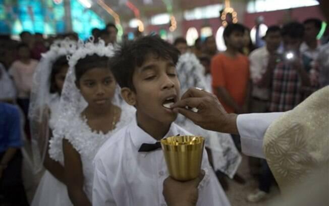 Crianças comungam na celebração de Páscoa, na Índia. Foto: AP Photo/Anupam Nath