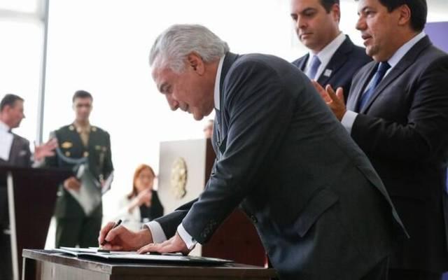 Presidente Michel Temer assina medida provisória sobre reforma do ensino médio ao lado do ministro da Educação