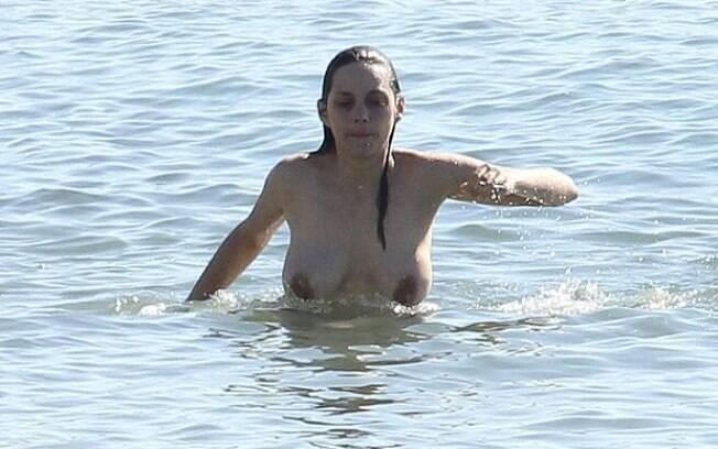 A atriz francesa Marion Cotillard também é adepta do topless. Foto: Grosby Group