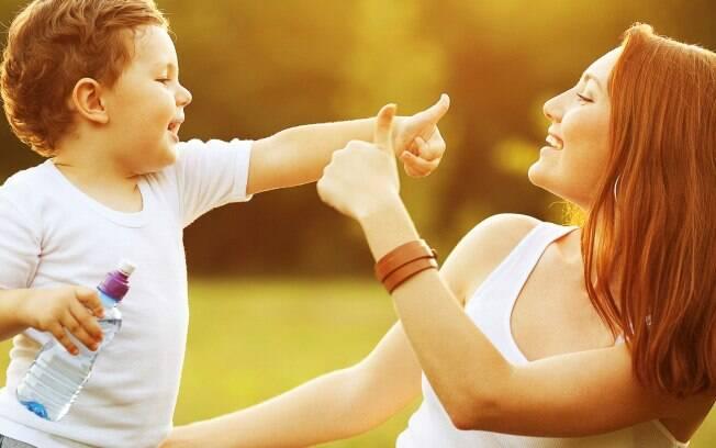 Sempre que seu filho fizer algo criativo, faça elogios. Assim, ele se sentirá motivado para ser criativo sempre. Foto: Thinkstock