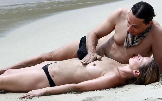 Kate Moss é acariciada pelo marido Jamie Hince durante férias do casal. Foto: Reprodução
