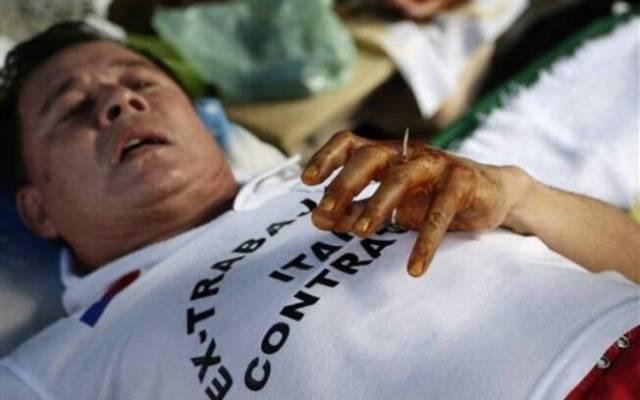 Nesta terça-feira, uma sexta pessoa seria crucificada, mas a ideia foi revogada.... Foto: AP Photo