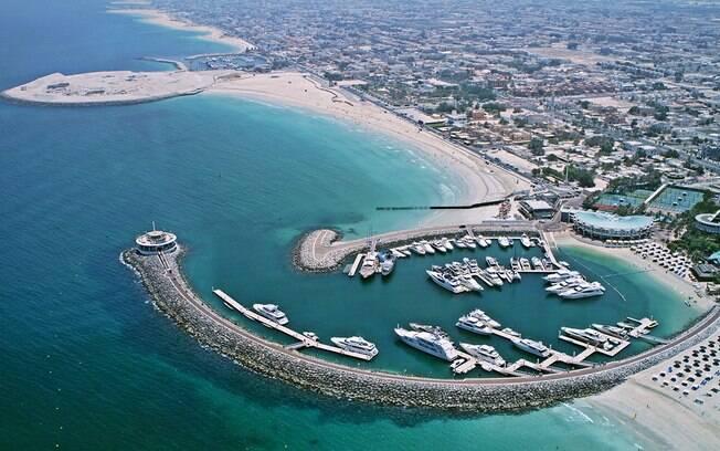 Jumeirah Beach é uma praia em que não há preocupação com os trajes