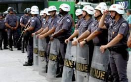 Mulheres atuam ao lado dos homens para conter tumultos ao redor do estádio