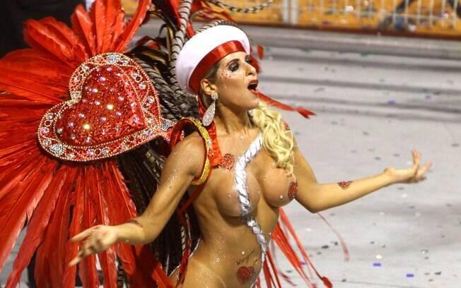 Ana Paula Minerato com pintura corporal e tapa-sexo no desfile da Gaviões de 2012. Foto: Futura Press