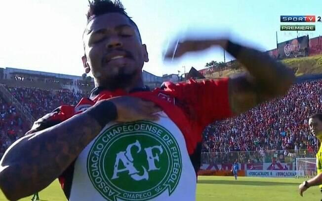 Marinho comemora seu gol diante do Palmeiras e homenageia a Chapecoense. Foto: Reprodução/SporTV