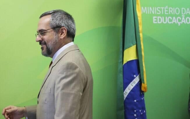 ministro weintraub de costas para a bandeira do brasil