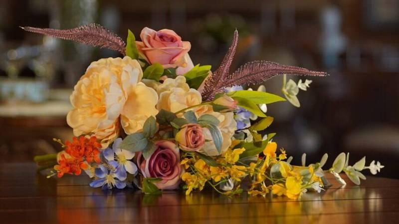 Buquê de noiva desconstruído colorido