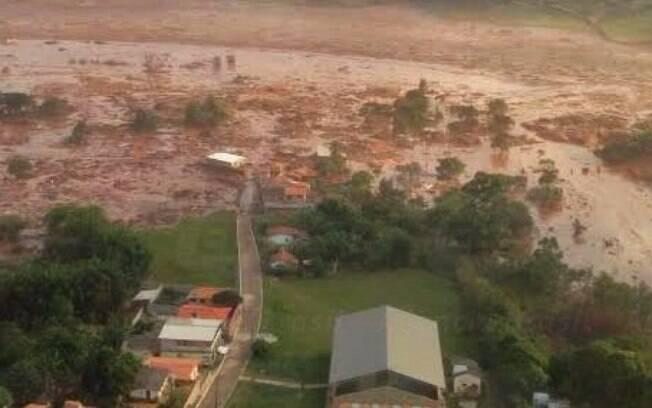 Rompimento de barragem de rejeitos da mineradora Samarco inundou  com lama tóxica o vilarejo de Bento Rodrigues, em Mariana (MG), na quinta-feira (5). Foto: Agência Brasil