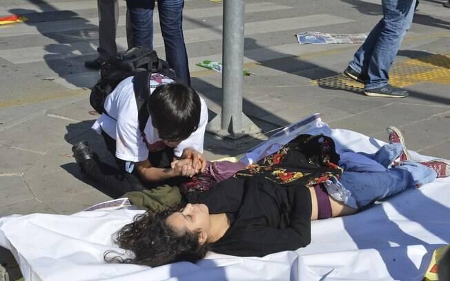 Atentado na Turquia deixa dezenas de mortos em manifestação. Foto: AP - 10.10.15